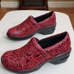 WOMENS B.O.C. RED EMBOSSED CLOGS  PEGGY
